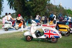BANGKOK, THAILAND-MARCH 14,2015 68 años de La Festa del Vespa sea una pieza de la caravana más grande del Vespa de Asia 14 03 15 Imagenes de archivo