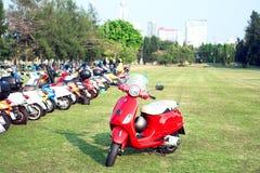 BANGKOK, THAILAND-MARCH 14,2015 68 años de La Festa del Vespa sea una pieza de la caravana más grande del Vespa de Asia 14 03 15 Imagen de archivo
