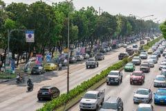 BANGKOK THAILAND - MARS 17: Åtskilligt tecken för politisk kandidat spammed längs vägen på Petchkasem Rd i Bangkok på mars 17 royaltyfria bilder