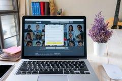 BANGKOK THAILAND - mars 05, 2017: Apple Macbook som är pro- med service för socialt nätverk för sida LinkedIn på skärmen Arkivfoton