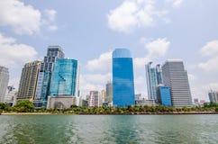 BANGKOK THAILAND - mars, 12 2016: Cityscapesikt av byggnader Arkivbild