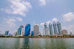 BANGKOK THAILAND - mars, 12 2016: Cityscapesikt av byggnader Arkivbilder