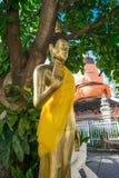 BANGKOK THAILAND, MARS 06, 2018: Den utomhus- sikten av den guld- budhastatyn i en tempel Wat Pho, är en byggd kunglig tempel Royaltyfri Foto