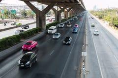 BANGKOK THAILAND - MARS 2 2014: Fartfyllda bilar på den motorvägVibhavadi Rangsit vägen, Bangkok, Thailand Royaltyfria Bilder