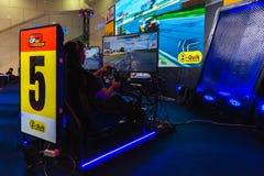 Bangkok Thailand - mars 31, 2019: Gamers som kör simuleringsbilen med GP e-Racing för leken för teknologi för sporten för ve arkivbild