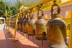 BANGKOK THAILAND, MARS 06, 2018: Härlig utomhus- sikt av den guld- klockan i templet i Bangkok Arkivfoto