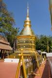 BANGKOK THAILAND, MARS 06, 2018: Härlig utomhus- sikt av den guld- klockan och pagoden i templet i Bangkok Arkivfoto