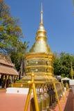 BANGKOK THAILAND, MARS 06, 2018: Härlig utomhus- sikt av den guld- klockan och pagoden i templet i Bangkok Royaltyfria Foton