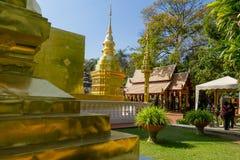 BANGKOK THAILAND, MARS 06, 2018: Härlig utomhus- sikt av den guld- templet och något folk som in går i templet Royaltyfri Bild