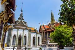 Bangkok Thailand, mars 2013 kaew f?r den storslagna slott-, Wat praen med skulpturer och detaljerade prydnader royaltyfria foton