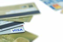 BANGKOK THAILAND - MARS 24: Kreditkort med visumlogo och ord av 24 timmekundtjänst på MARS 24, 2016 i BANGKOK THAILAN Arkivbild