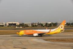 BANGKOK THAILAND - MARS 7, 2017: Luft för Boeing 737-88L WL företagsNok bläddrar över landningsbanan Nok-luftnivå som landas på D Royaltyfri Bild