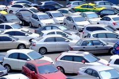 BANGKOK THAILAND - MARS 15,2019: Många bilar som parkerar i det utomhus- parkeringsplatsområdet arkivbild