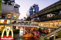 BANGKOK THAILAND - MARS 12, 2017: McDonald ` s på Ratchaprasong arkivfoton