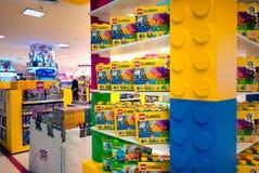 BANGKOK THAILAND - MARS 04: Olika Lego uppsättningar i askar på disp Arkivbilder