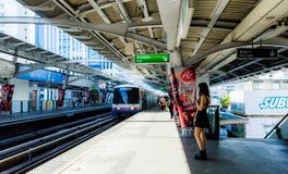 Bangkok/Thailand - mars 17 2018: Passagerare som väntar på BTS Nana Station i Bangkok arkivfoto