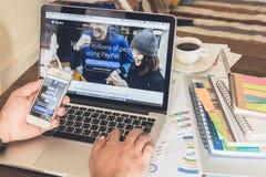 BANGKOK THAILAND - mars 05, 2017: Paypal webbsidor på bärbar datorskärmen är en populär och internationell metod av pengaröverför Arkivfoto