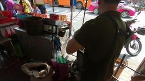 Bangkok Thailand - mars 6, 2018: Rörelsehand stekheta kastanjer för en manarbetare i gatan chinatown eller den Yaowarat vägen i B lager videofilmer
