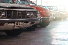 BANGKOK THAILAND - MARS 1, 2017: retro bilar för tappning som parkerar i Jesada bilmuseum Royaltyfria Bilder