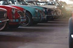BANGKOK THAILAND - MARS 1, 2017: retro bilar för tappning som parkerar i Jesada bilmuseum Royaltyfri Bild