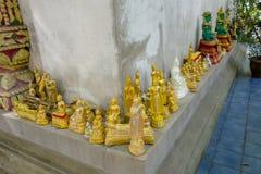 BANGKOK THAILAND, MARS 06, 2018: Stäng sig upp av små guld- budhas i templet i Bangkok Royaltyfri Foto