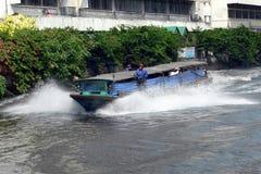 BANGKOK THAILAND MARS 1ST: En flodtaxi som rusar längs Sanen Royaltyfri Bild