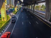 Bangkok Thailand - mars 14, 2017: Trafikflöde på gatan I Royaltyfria Bilder