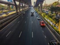 Bangkok Thailand - mars 14, 2017: Trafikflöde på gatan I Arkivbild