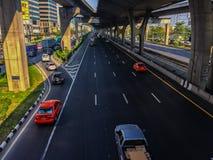 Bangkok Thailand - mars 14, 2017: Trafikflöde på gatan I Arkivfoto