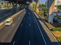 Bangkok Thailand - mars 14, 2017: Trafikflöde på gatan I Royaltyfri Fotografi