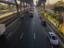 Bangkok Thailand - mars 14, 2017: Trafikflöde på gatan I Royaltyfria Foton