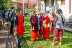 BANGKOK THAILAND, MARS 06, 2018: Utomhus- sikt av munkar som in går i trädgården, på Ayutthaya, buddistisk tempel Royaltyfri Fotografi