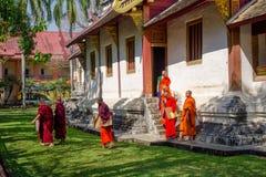 BANGKOK THAILAND, MARS 06, 2018: Utomhus- sikt av munkar som in går i trädgården, på Ayutthaya, buddistisk tempel Arkivbild