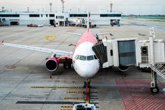 BANGKOK/THAILAND-MAY 16: Anslutning för luftAsien flygplan på Don Mue arkivfoto
