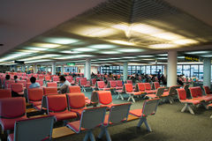 BANGKOK/THAILAND-MAY 16: Oidentifierade passagerare i vänta Royaltyfria Bilder