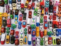 Bangkok, Thailand - MEI 24, 2019: De hoogste mening assorteerde metaal kleurrijke stuk speelgoed auto op de witte achtergrond bij stock foto's