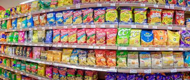 BANGKOK THAILAND - 26 MEI: De voorraden diverse ingevoerde en binnenlandse merken van de Foodlandsupermarkt volledig van chips in royalty-vrije stock foto's