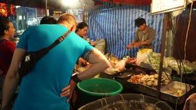 Bangkok, Thailand - Mei 3, 2018: Mening van de stad van China in Bangkok Mensen die in het gebied dineren Er zijn veel winkels, e stock footage