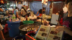 Bangkok, Thailand - Mei 3, 2018: Mensen die in het gebied dineren Er zijn veel winkels, en voedselboxen op de stoep in China aan stock videobeelden