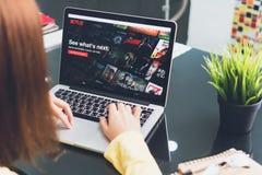 BANGKOK, THAILAND - Mei 30, 2017: Netflix app op Laptop het scherm Netflix is de internationale belangrijke abonnementsdienst Royalty-vrije Stock Afbeelding