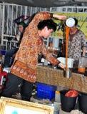 Bangkok, Thailand: Mens die Dubbele Thee gieten Stock Foto