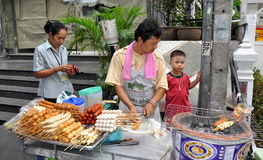 Bangkok, Thailand: Mens die Vlees roostert royalty-vrije stock fotografie