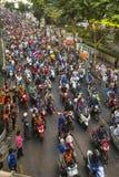 BANGKOK THAILAND - motorcykeltrafikstockning i stadsmitt under firar fotbollsfan som segrar AFF Suzuki Cup 2014 Royaltyfria Foton