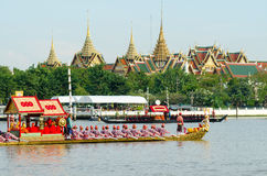 BANGKOK,THAILAND-NO VEMBER 9:Decorated barge parades past the Grand Palace at the Chao Phraya River during Fry the Kathina ceremon Stock Photography