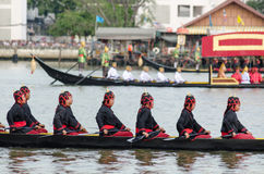 BANGKOK, THAILAND-NO VEMBER 9 : La péniche décorée défile après le palais grand chez Chao Phraya River pendant la friture le cere Photo stock