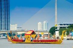 BANGKOK, THAILAND-NO VEMBER 9: Verzierter Lastkahn führt hinter den großartigen Palast bei Chao Phraya River während des Fischrog Lizenzfreie Stockbilder