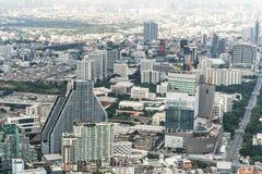 Bangkok, Thailand - 20 Nov., 2018: Cityscape lucht hoogste mening van lange gebouwen, huizen, verkeer, en in aanbouw plaats stock foto