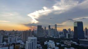BANGKOK, THAILAND - 14 NOV., 2016: Cityscape vóór zonsondergang in de winter, Sathorn, Bangkok, Thailand Cityscape van Bangkok me Stock Foto