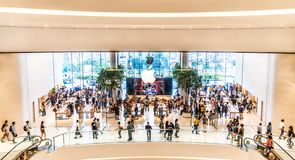 Bangkok, Thailand - 12 Nov., 2018: Menigte van klanten die de eerste officiële Apple-opslag in Thailand bezoeken stock afbeeldingen