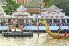 BANGKOK THAILAND - NOVEMBER 6: Thailändsk kunglig pråm Arkivbilder